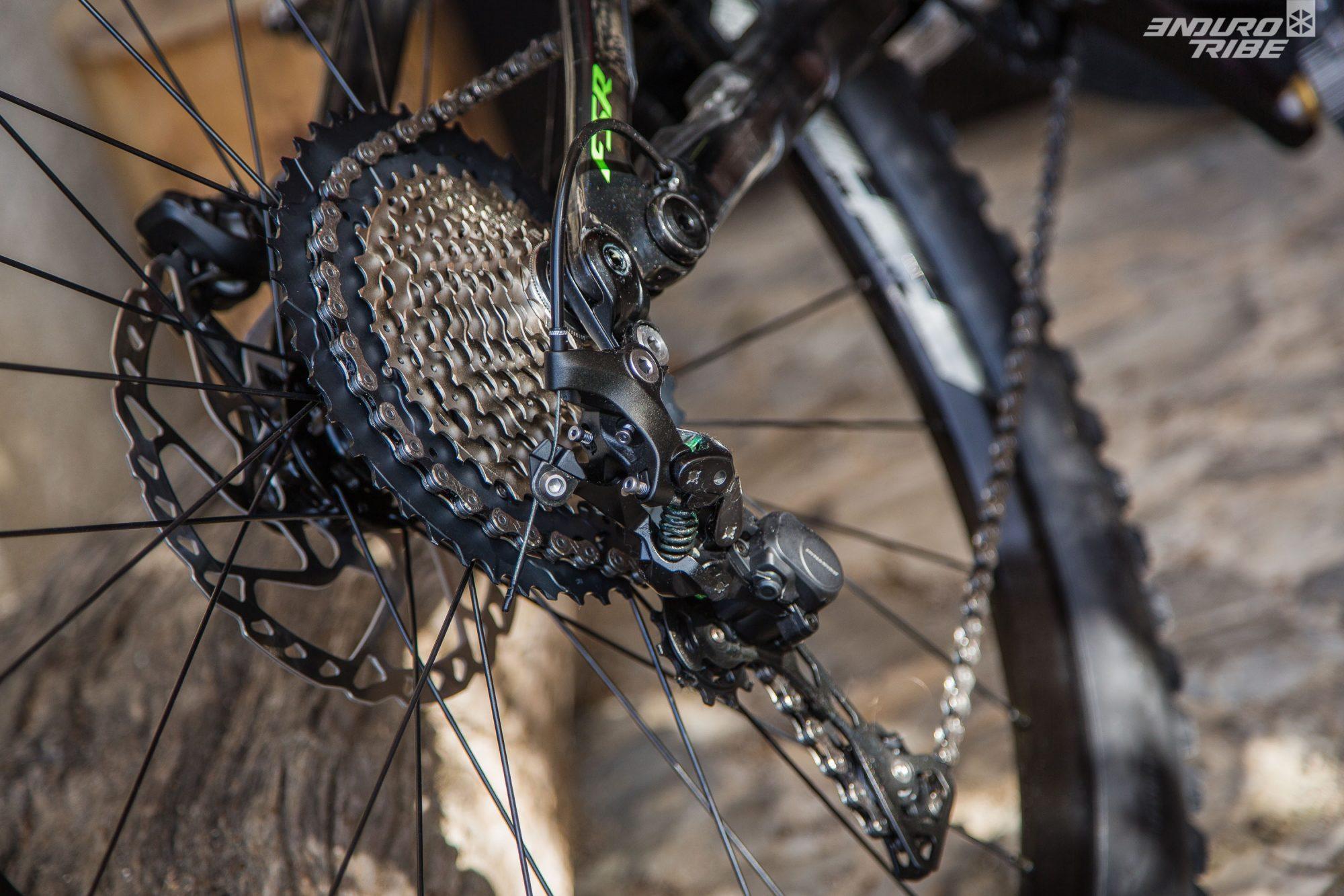 Le vélo se dote une nouvelle patte de dérailleur, plus rigide en deux parties et reliée à l'axe traversant.