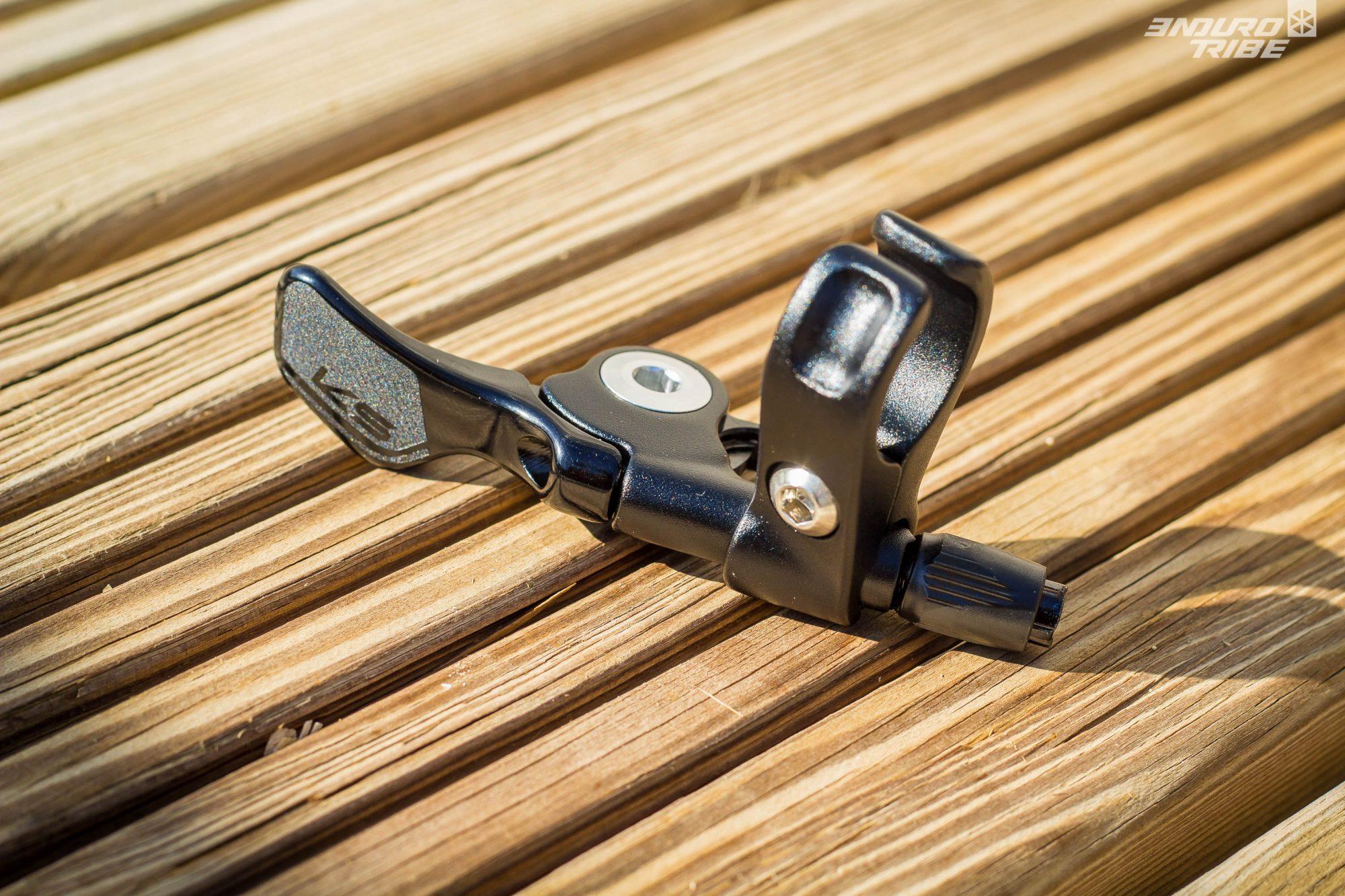 Parmi les différents leviers de la gamme, la KS Lev Ci fait usage du modèle Southpaw, destiné à prendre la place du shifter. La KS Lev Ci V2 se pare quant à elle du levier minimaliste KGSL Carbon.