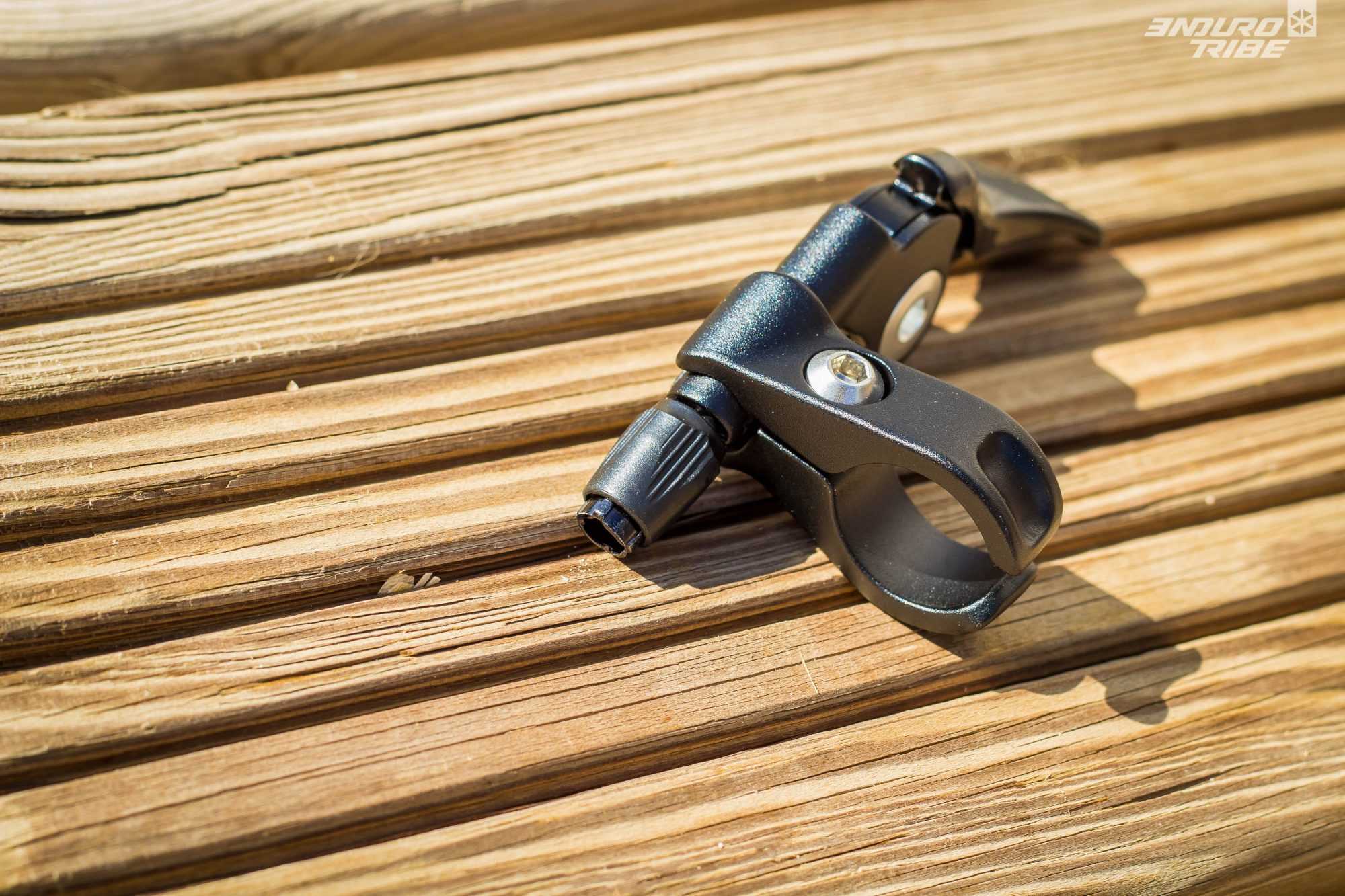 De par sa conception, le serrage du levier Southpaw au guidon et l'ajustement de sa position se font d'une seule vis qui maintient qui relie les deux demi-coques. Les possibilités sont intéressantes, mais la manœuvre n'est pas très précise/pratique.