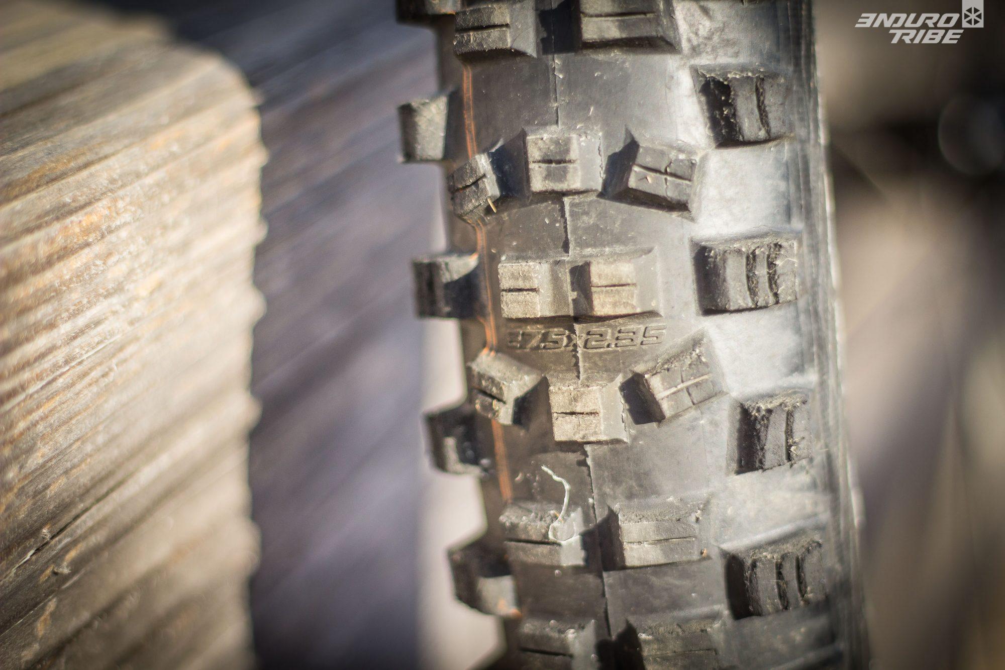 Autre détail : le Schwalbe Hans Dampf 29 pouces que l'on a reçu, parmis les premiers exemplaires produit, comporte une erreur de marquage. La dimension indiquée entre les crampons n'est pas la bonne (27,5 au lieu de 29). Le marquage sur la boite, et sur les flancs sont corrects. À vérifier donc au moment de prendre possession du pneu ;-)