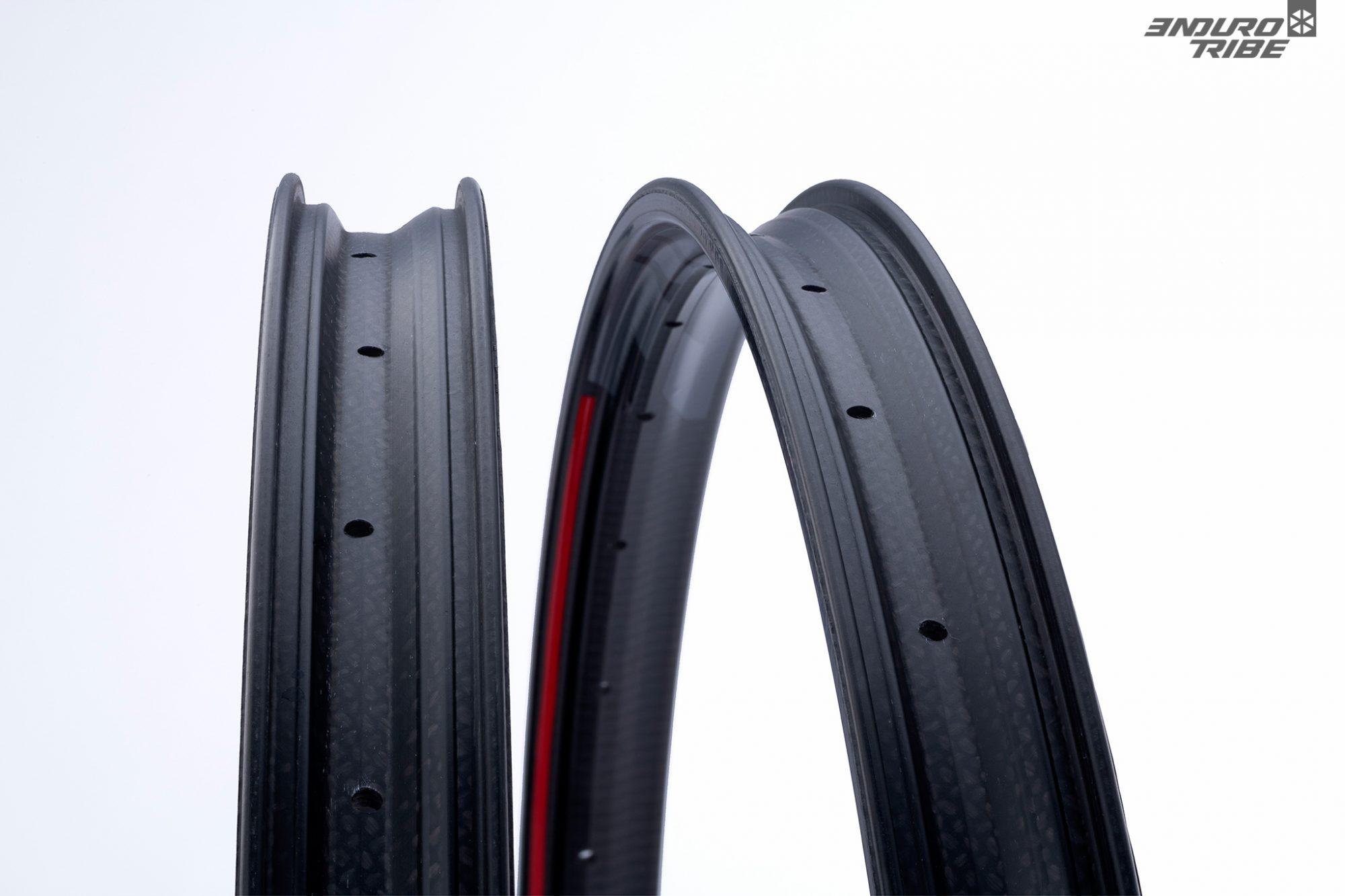 Le carbone, au tressage particulièrement propre et régulier, est laissé apparent sur la face visible des jantes Zipp 3Zero Moto.